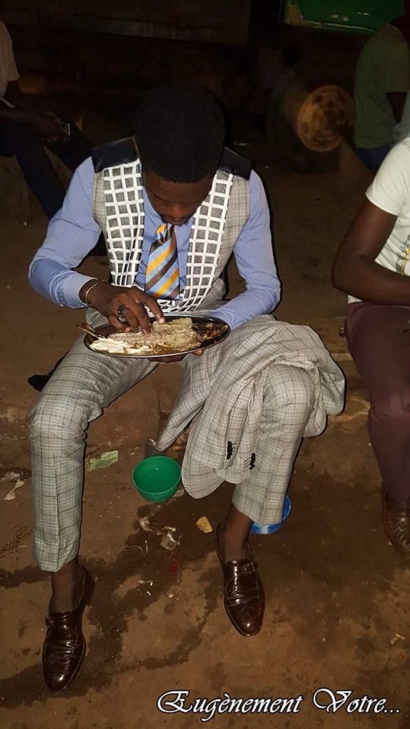 Eugène dégustant son poisson braisé chez Ma'a Damaris / Crédit Photo : Eugène Ebongo